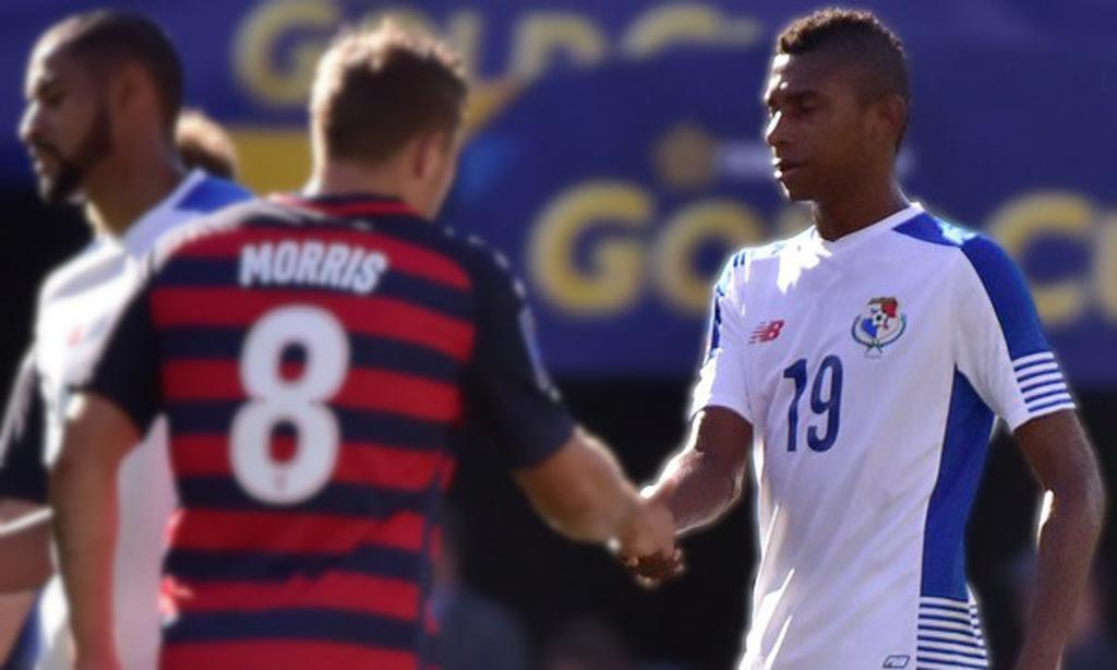 Josiel Núñez shakes hands with American striker Jordan Morris during the 2017 CONCACAF Gold Cup